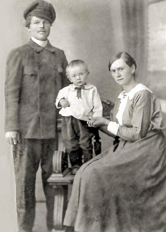 Трофим Иванович и Таисия Матвеевна Бреевы (с первенцем Виктором), дед и бабушка по материнской линии Снимок 1923 года.