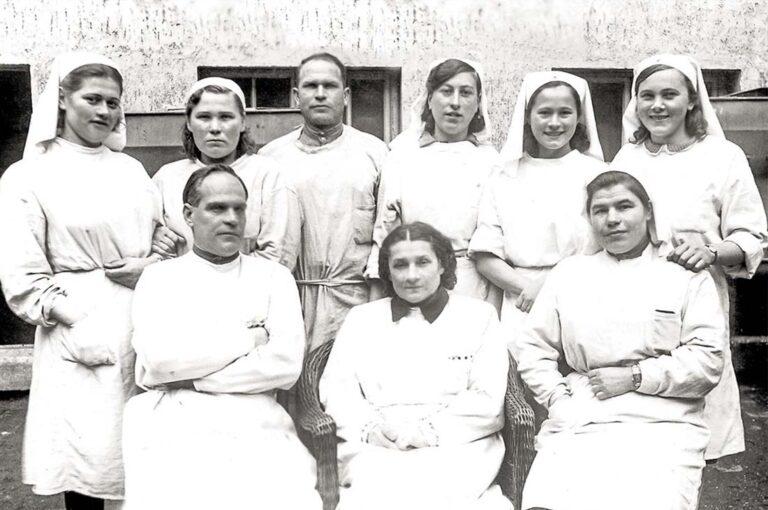 Медицинский персонал 4-го отделения эвакогоспиталя №2920 в/ч 25773. В врехнем ряду краяняя справа –Береева Н.Т. Снимок сделан в феврале 1945 года.