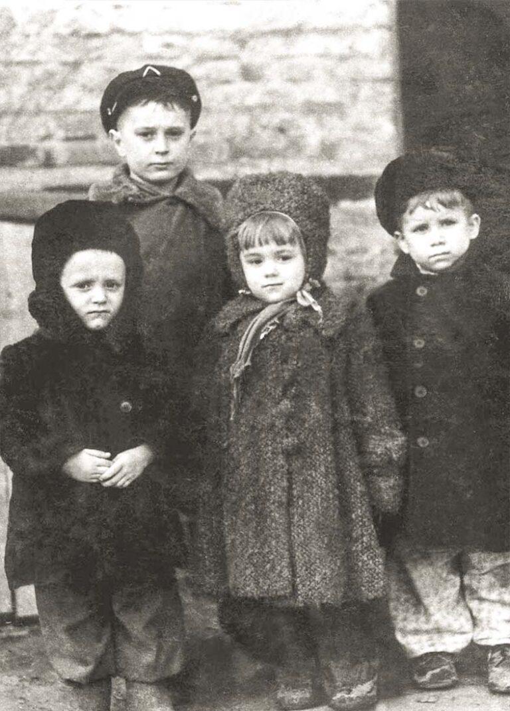 С дворовыми товарищами (крайний слева).