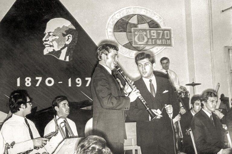 На вечере интернациональной дружбы студент 3-его курса Е. Мартынов блистал и как инструменталист, и как вокалист.