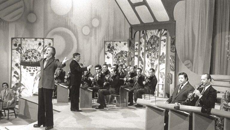 Легко поётся, когда тебе аккомпанирует эстрадно-симфонический оркестр «Голубой экран» под управлением Бориса Карамышева.
