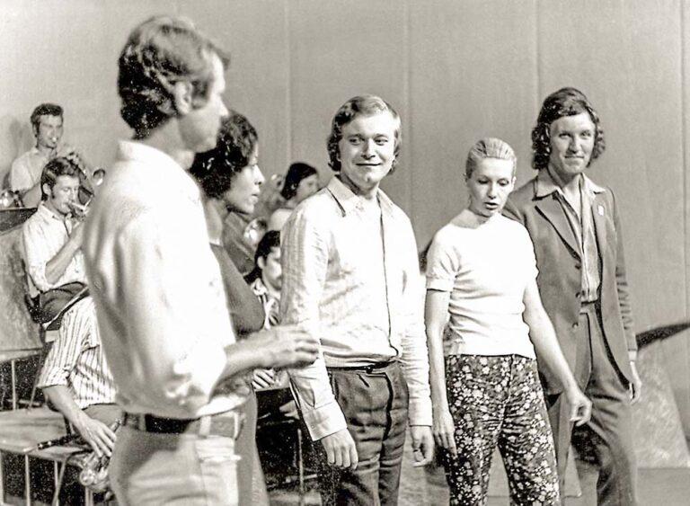 На репетиции, среди солистов эстрадного оркестра «Советская песня». 1974 год.